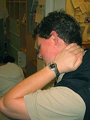 Nakkeslengskadens klassiske symptomer er smerter i øvre nakkeregion, gjerne ledsaget av hodepine. Foto: Per Kristian Johansen, NRK