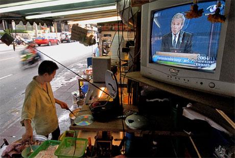 Store deler av verden var opptatt av å følge presidentdebatten i natt. Her fra en gate i Bangkok i Thailand. (Foto: AP/Scanpix)
