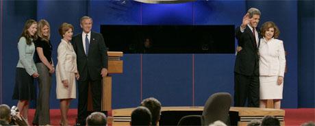 Kandidatenes koner, Laura Bush og Theresa Heinz-Kerry, gikk opp på podiet etter debatten for å gratulere ektefellene. Også Bush-tvillingene Barbara og Jenna kom på scenen. (Foto: AFP/Scanpix)