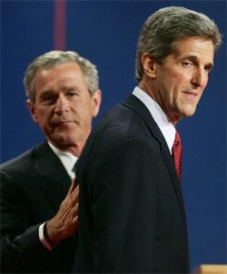 Kerry og Bush venter spent på resultatene fra vippestatene. (Foto: Reuters/Scanpix)