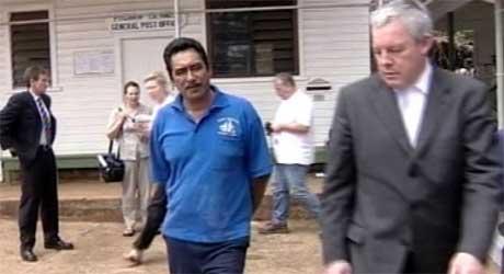 Ordfører Steve Christian ( i blå skjorte) er blant de tiltalte på Pitcairn. Her er han sammen med forsvareren Paul Dacre foran samfunsnhuset, der rettssaken finner sted. (Foto: Scanpix / AP)