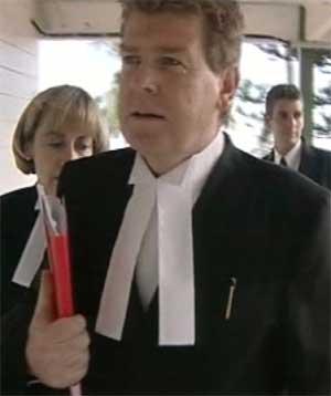 Aktor Simon Moore ble ble hentet i båt av de tiltalte, som risikerer lange fengselsstraffer. (Foto: Scanpix / AP / TVNZ)