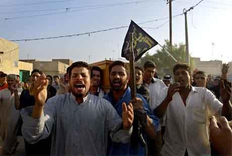 Rasende tilhengere av oprørslederen Moqtadr al-Sadr marsjerer i bydeen Sadr city i Bagdad, der flere opprørere ble drept i morgentimene i dag. (Foto: AFP/Scanpix)