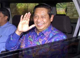 den tidligere generalen Susilo Bambang Yudhoyono takker folket for å ha støtten han. Foto: AP/Scanpix