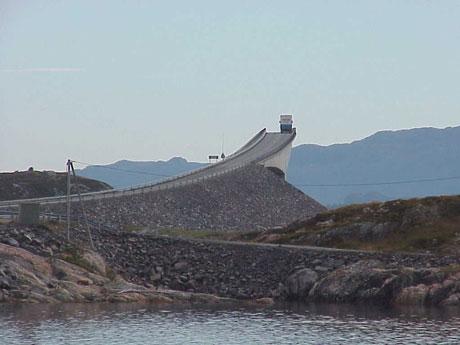 Storseisundbrua og resten av Atlanterhavsvegen er århundrets byggverk i Møre og Romsdal. (Foto: NRK)