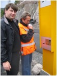 Prosjektleder for sjølbilletteringen, Tor Aure, og informasjonsrådgiver i Vegvesenet, Wiggo Kanck (Foto: Gunnar Sandvik, NRK)