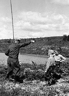 Arne Moslåtten på fisketur med goffa. Den gang matauk, der minstefisken gikk til katta, i dag bedrives catch and release i bygda. Foto fra boken: Lars K. Bry / Hol bygdearkiv.