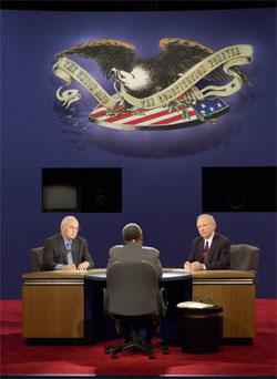 Dick Cheney er en erfaren debattant. Her fra visepresidentdebatten mot Joseph Lieberman for fire år siden, 5. oktober 2000. (Foto: AP/Scanpix)