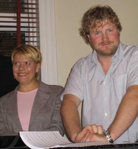 Merete Løkkeberg Meyer og Henrik Engelsviken (t.h.) er begge fra Fredrikstad og solister i Aurora. (Foto: Helene Sandbu Ryeng, NRK)