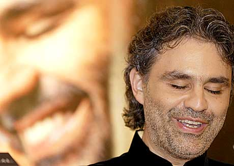 Du mo ut med ett laken for å høre Bocelli live i Oslo Spektrum. Andrea Bocelli . Foto: Scanpix.