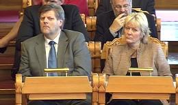 Helseminister Angar Gabrielsen og utdanningsminister Kristin Clemet i Stortinget i dag. (Foto: NRK)