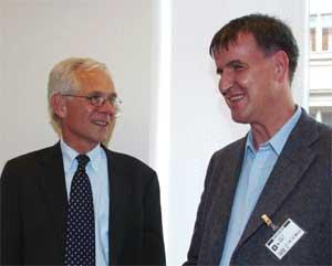 Arnt Holte, leder av Funksjonshemmedes Fellesorganisasjon, reagerer sterkt på budsjettet. Her sammen med Victor Norman i 2003. (Foto: Scanpix / Erik Johansen)