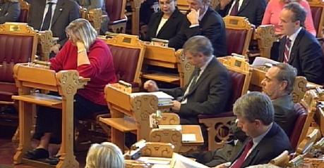 Statsminister Kjell Magne Bondevik følger med på finansministerens presentasjon av statsbudsjettet. (Foto: NRK)