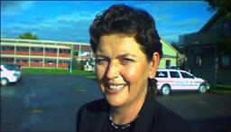 Statssekretær Rita Sletner lover alle 31 ansatte nytt arbeid ved ATK-senter eller fengsel ved Hustad leir. Foto: Gunnar Sandvik