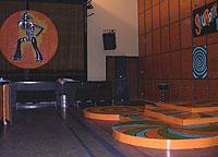 Kattebaren med dansegulv i flere nivåer. Foto: NRK