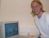 Ukesjef Alex Grude gliser foran PC'n. Foto: NRK