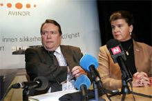 ENDELIG BESLUTTNING: Avinors styreformann, Anders Talleraas, og Avinor-direktør, Randi Flesland, presenterte i kveld avgjørelsen om å legge ned kontrollsentralen i Røyken. Foto: Scanpix