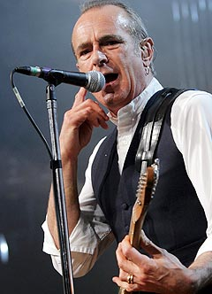 Francis Rossi og Status Quo kommer på en liten norges-turne i februar. Foto: AP Photo / Keystone, Fabrice Coffrini.