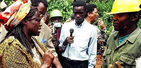 SKOGPLANTER: Fredsprisvinner Wangari Maathai utfordrer innleide sikkerhetsvakter i skogen Karura i Kenya under en skogplante-aksjon i april 1999. (Arkivfoto: Simon Maina/AFP)