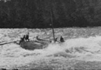 I sjølvlaga båtar gjekk turen 1200 kilometer oppover Yukon River. Her hadde sunnmøringane ein særlig fordel sidan dei var dugande båtbygjarar og sjøfolk. Foto:NRK