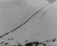Chilkoot-passet, ein av dei tyngste og mest berykta vegstrekka på turen til Klondike. Gullgravarane måtte finna seg i fleire turar opp og ned passet. Foto: NRK