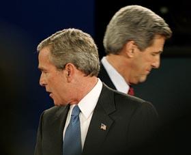 Duellantene hadde svært ulike meninger om Irak, arbeidsplasser og skatt i nattens duell. (Foto: J.Bourg, Reuters)