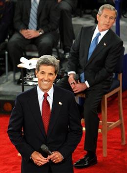 President Bush og utfordrer Kerry tar imot spørsmål fra salen under nattens duell i St Louis. (Foto: S.Applewhite, AP)