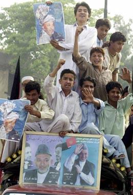 I Afghanistan og i flyktningleirene i Pakistan var valgdagen en festdag. Her feirer Karzais tilhengere. (Foto: T.Mahmood, AFP)