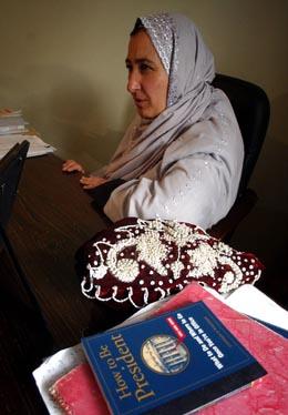"""Valgets eneste kvinnelige kandidat, Massooda Jalal, behøver neppe å lese boka """"Hvordan være president"""". (Foto: E.Morenatti, AP)"""