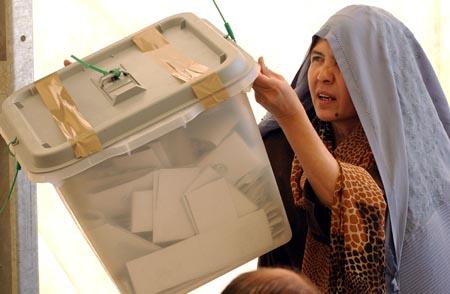 En valgfunksjonær sjekker nummeret på en boks med stemmesedler på et FN-kontor i Herat. (Foto: H.Sarbakhshian, AP)