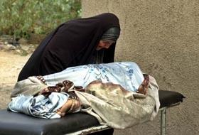 En mor gråter over sin døde sønn ved Al Kindi-sykehuset i Bagdad. Han ble drept da en minibuss med sprengstoff eksploderte i formiddag. (Foto: S.Mizban, AP)