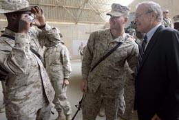 Donald Rumsfeld kom på overraskende besøk på en militærbase i Irak i dag. (Foto: S.Walsh, Reuters)
