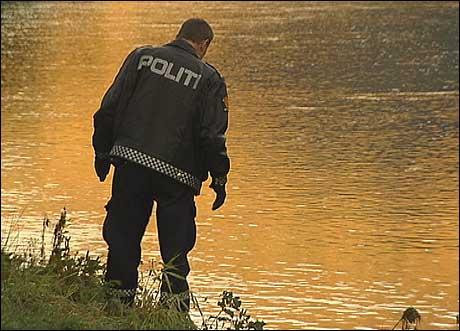 Politiet leitte sundag etter spor i samband med drukninga. (Foto: Randi Indrebø, NRK)