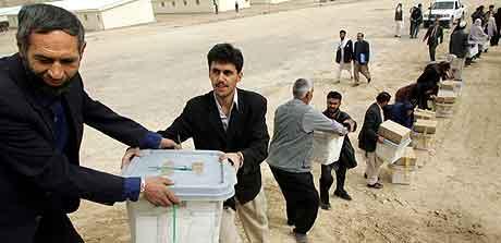 Afghanske stemmeurner bringes fra afghaner til afghaner i en militær base i Kabul. Foto: David Guttenfelder, AFG
