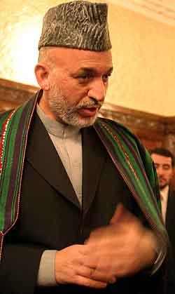 Den afghanske presidenten Hamid Karzai snakker til journalister i Kabul søndag. Foto: Vorasit Satienlerk , Reuters