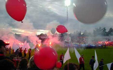 Det ventes fullt hus på Fredrikstad stadion i Tippeliga-oppgjøret mot Viking kommende mandag. Årets første hjemmekamp på stadion i Plankebyen forventes å bli et like stort fyrverkeri av en opplevelse som i 2004-sesongen. Foto: Rainer Prang, NRK