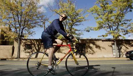 John Kerry holder formen ved like før nattens duell. I går var han på sykkeltur i Santa Fe i New Mexico. (Foto: Reuters/Scanpix)