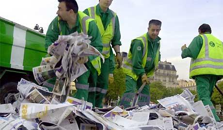 Det stormet rundt gratisavisen 20 Minutes da den ble lansert. Fagforeninger reagerte med å kaste tusenvis av eksemplarer ut over gatene i protest mot at det ikke var fagorganiserte som produserte gratisavisene. Foto: AP/ Scanpix