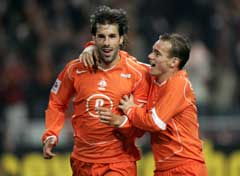 Målscorerne Ruud van Nistelrooy og Wesley Snijder jubler. (Foto: Reuters/Scanpix)