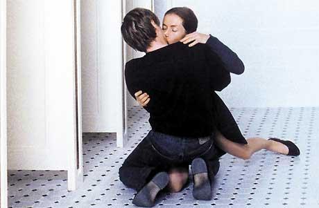 Erika Kohut (Isabelle Huppert) innleder et spesielt forhold til sin student, Walter Klemmer (Benoit Magimel). Foto: Europafilm