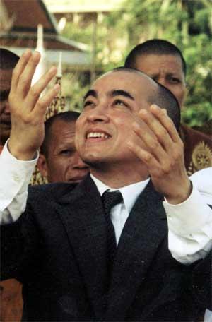 Dansende konge overtar i Kambodsja. Prins Norodom Sihamoni er ett av Sihanouks 14 barn. (Foto: Scanpix / AP)