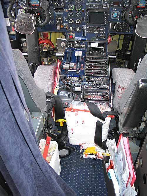 Slik så det ut i cockpiten på Dornier 228-maskinen etter det blodige dramaet i luften. Foto: Kriminalteknisk, politiet i Bodø.
