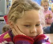 Barn er ofte trøtte, ukonsentrerte og urolige på skolen på mandag fordi foreldre har latt de være sent oppe i helgen.