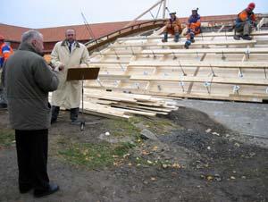 Museumsdirektør Steinar Bjerkestrand og styreleder for Hedmarksmuseet Jan Tyriberget foran det ene vernebygget. (Foto: Ola Bjørlo Strande/NRK)
