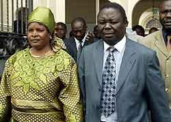 Morgan Tsvangirai forlater rettslokalet etter frikjennelsen. Foto Howard Burdi, Reuters