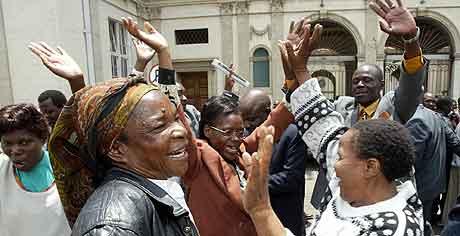 Tilhengerne av opposisjonen i Zimbabwe feirer seieren. Foto: Howard Burditt , Reuters