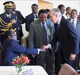 DIPLOMATISK BLUNDER: Britenes utenriksminister Jack Straw håndhilser på Zimbabwes president Robert Mugabe i New York. (Foto: AP/Scanpix)