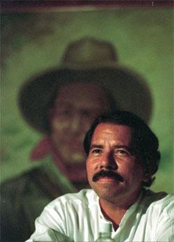 STJAL HÅNDTRYKK: Nicaraguas tidligere president Daniel Ortega sikret seg håndtrykk fra George Bush, da visepresident i USA. (Foto: AP/Scanpix)