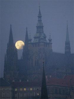 PRAHA I MÅNESKINN: Fullmåne over Hradcany-slottet i Praha. (Foto: AFP/Scanpix)