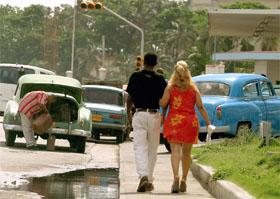 KJÆRLIGHET PÅ CUBA: Gamle amerikanske biler dominerer gatebildet i Havanna. (Foto: AFP/Scanpix)